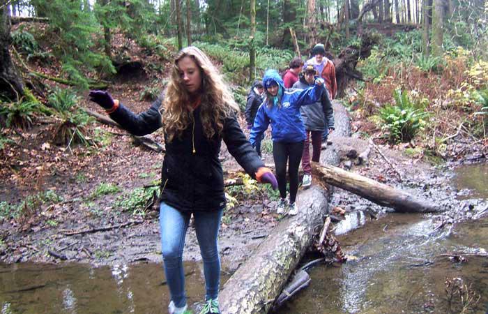 kids-crossing-log